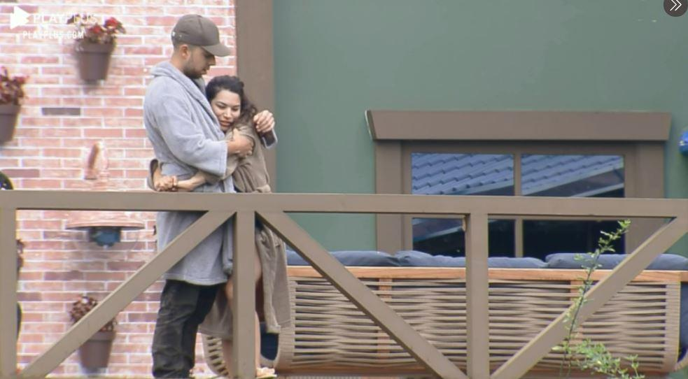 Na área externa, Lucas e Raissa se abraçam em outro momento de A Fazenda 2020