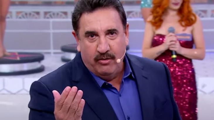 O apresentador Ratinho, no palco do seu programa no SBT, olhado para a câmera
