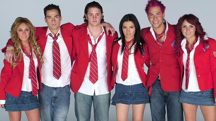 Os seis protagonistas de Rebelde com o uniforme do Elite Way School