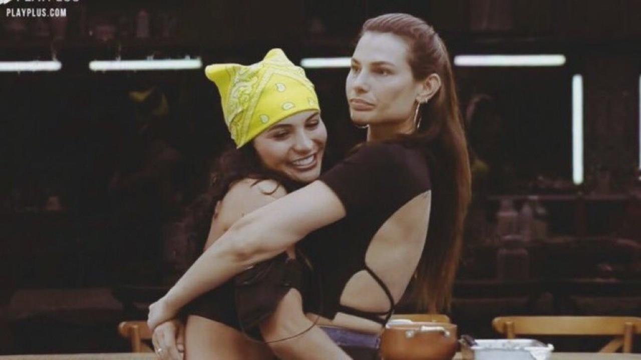 Dayane Mello e Aline Mineiro estão abraçadas em A Fazenda 2021