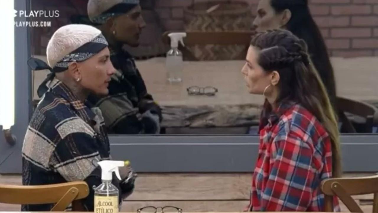 Dynho Alves e Dayane Mello conversam na cozinha e ambos estão com semblante sério