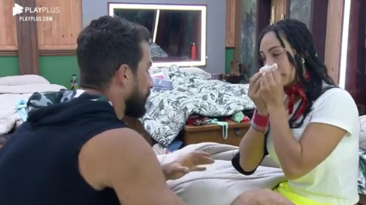 Erasmo Viana se desculpa com Aline Mineiro, que enxuga o nariz por causa do choro em A Fazenda 2021