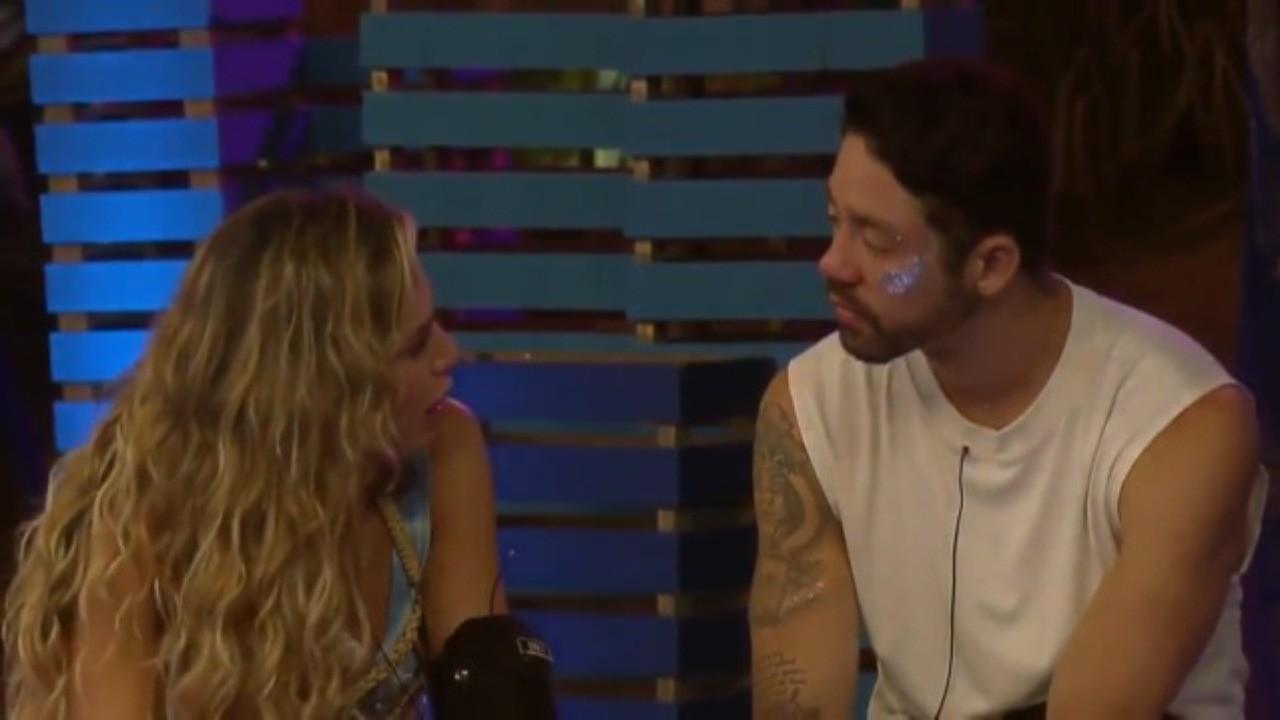 Erika Schneider conversa com Rico Melquiades durante uma feta em A Fazenda 2021