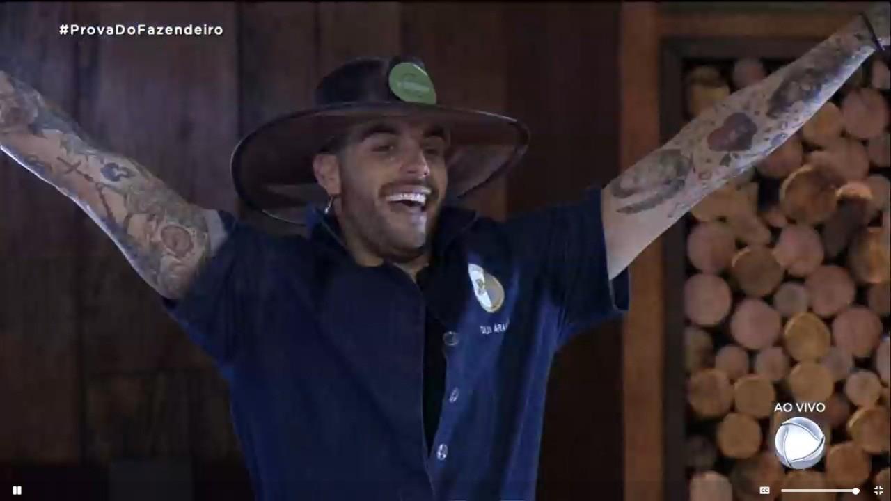 Gui Araújo celebra a vitória com o chapéu de Fazendeiro