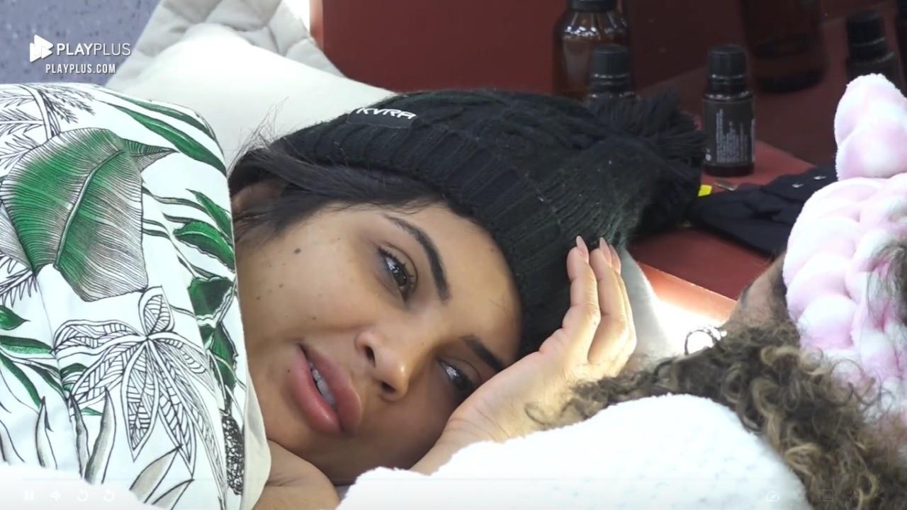 Mileide Mihaile deitada na cama conversando com Sthe Matos em A Fazenda 2021