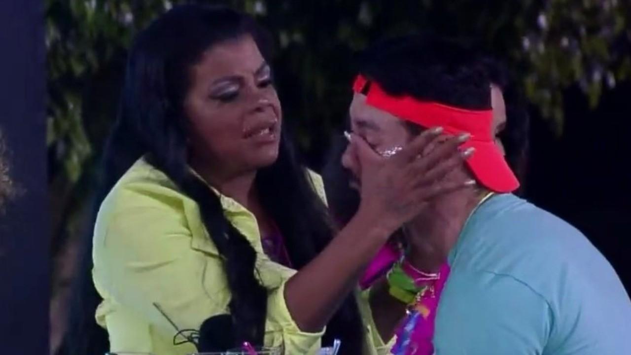 Rico Melquiades chora e é consolado por Tati Quebra Barraco durante festa em A Fazenda 2021