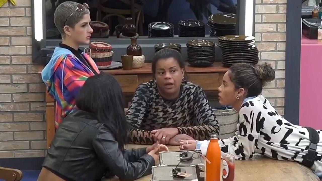 Tati Quebra Barraco desabafa entre Lary Bottino, Mileide Mihaile e Sthe Matos na cozinha de A Fazenda 2021