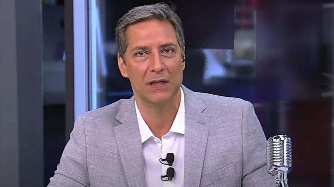 Luís Ernesto Lacombe na bancada do programa na RedeTV!