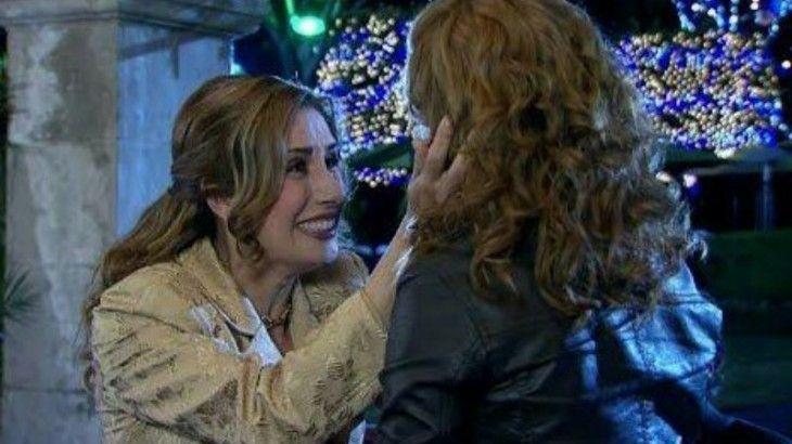 Regina coloca as mãos no rosto de Renata enquanto sorri