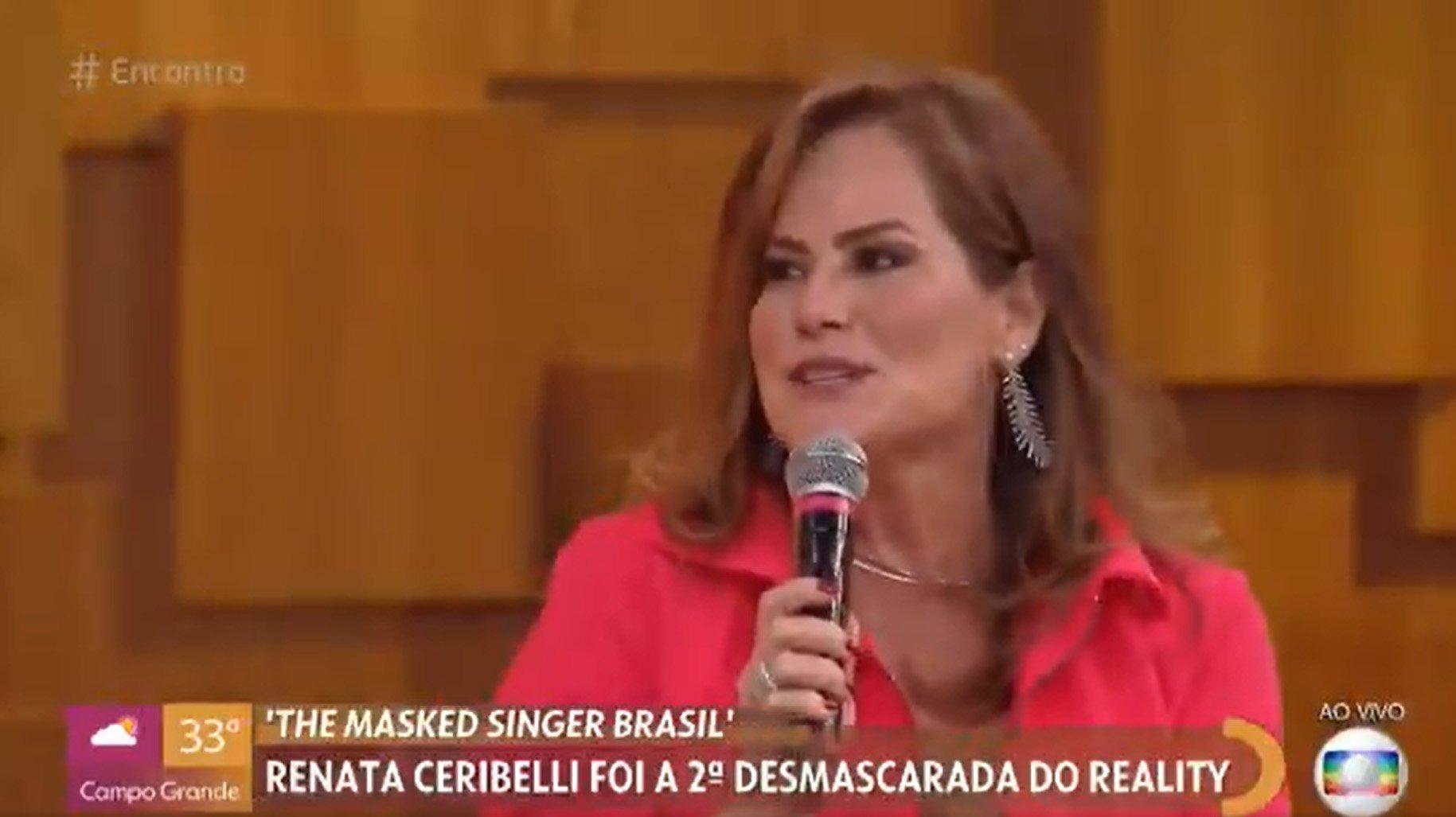 Renata Ceribelli com microfone na mão no Encontro