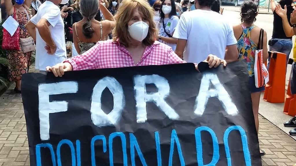"Renata Sorrah exibe cartaz escrito ""Fora Bolsonaro"" em protesto no Rio de Janeiro"