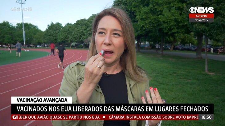 Repórter da GloboNews passando batom, sem a máscara
