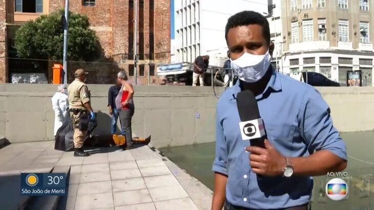 Repórter Rogério Coutinho durante a passagem ao vivo