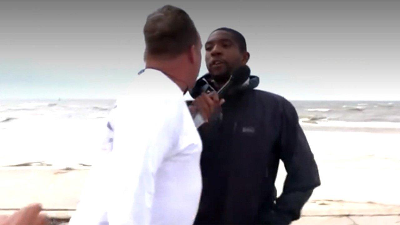 Repórter sendo atacado por homem em praia