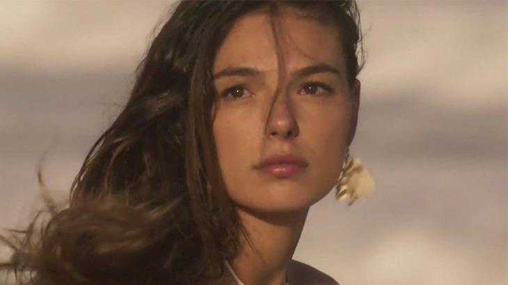 Ritinha séria com olhar perdido na novela A Força do Querer