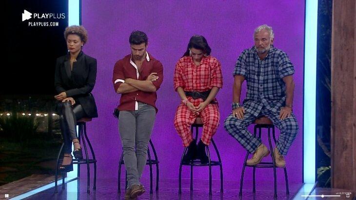 Lidi, Mariano, Raissa e Mateus no banquinho da roça