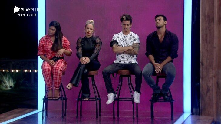 Tays, Carol, Biel e Mariano nos banquinhos de roceiros