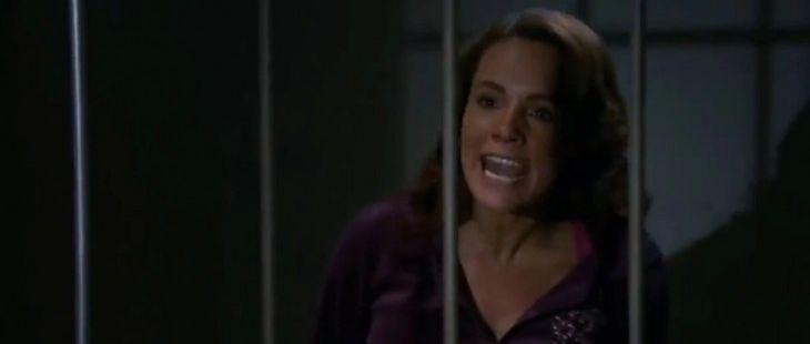Quando me Apaixono: Revoltada, Roberta agride Josefina na cadeia