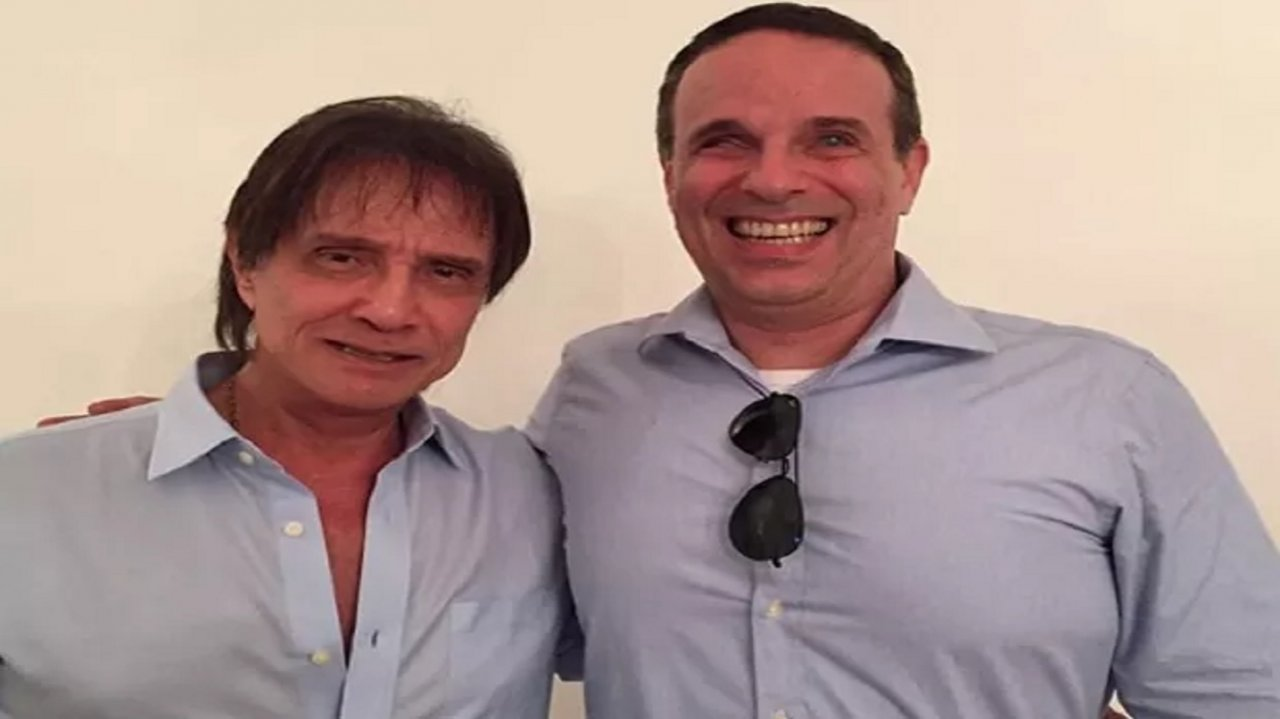Roberto Carlos e o filho Dudu Braga abraçados
