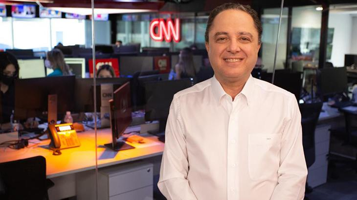 Roberto Kalil e a redação da CNN Brasil ao fundo