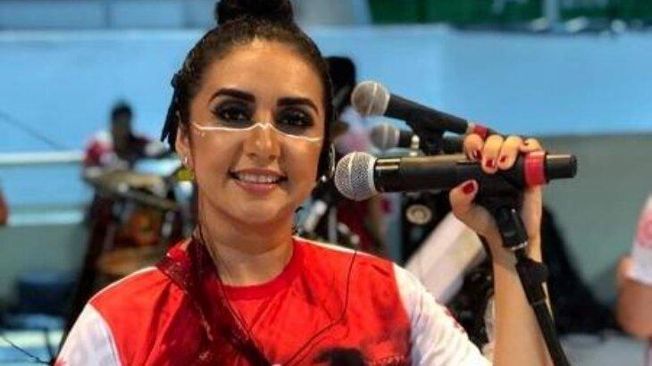 Roci Mendonça segurando microfone
