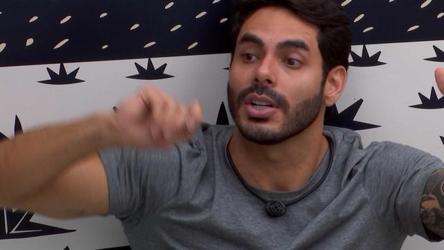 Rodolffo conversa com brothers no quarto Cordel do BBB21