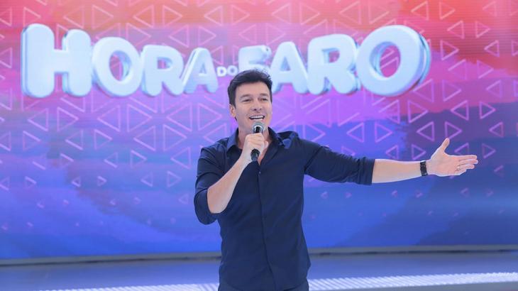 Rodrigo Faro no palco do Hora do Faro
