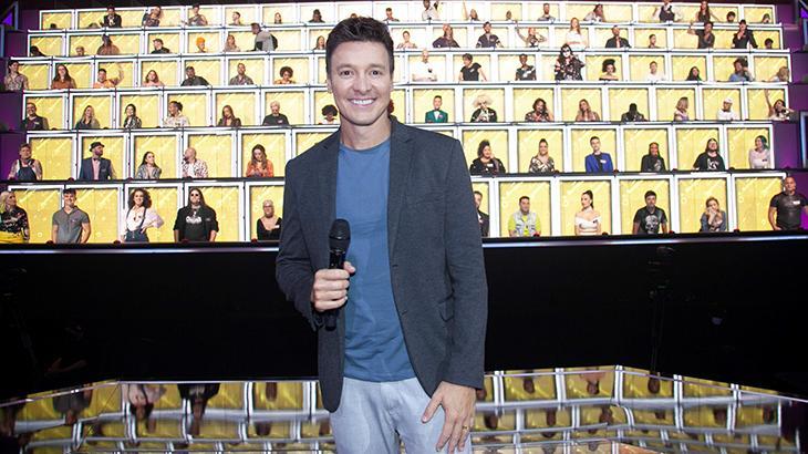 Rodrigo Faro com os 100 jurados ao fundo