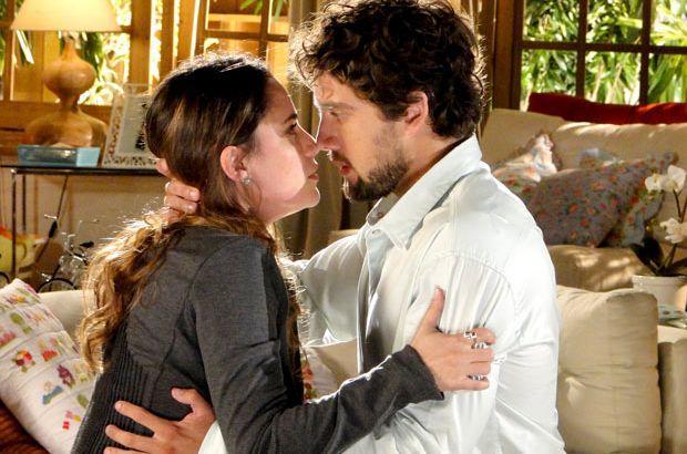Ana e Rodrigo abraçados, quase se beijando