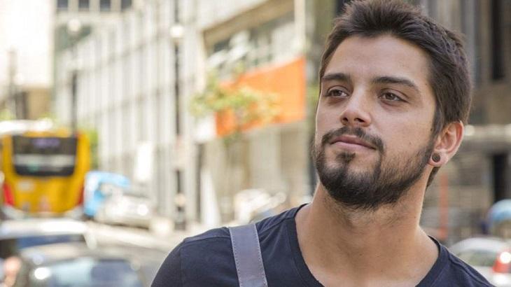 Rodrigo Simas atuando em Órfãos da Terra