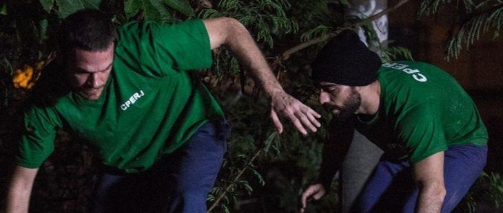 A Força do Querer: Em fuga, Rubinho e Bibi são recebidos com tiro no morro