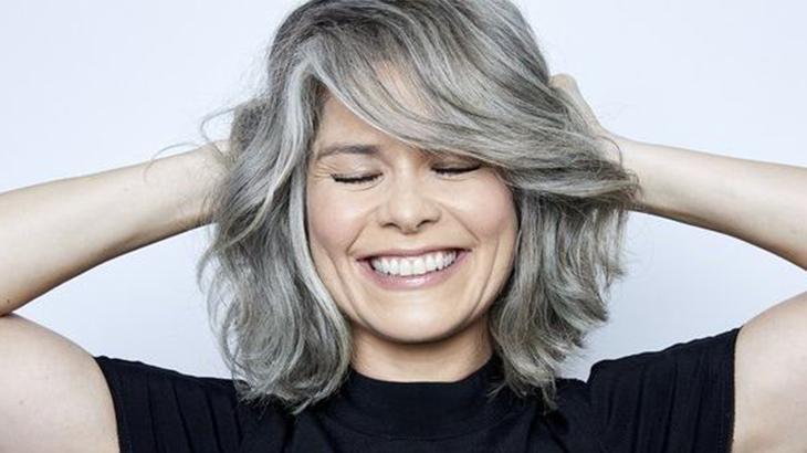 Samara Felippo sorrindo com os cabelos grisalhos