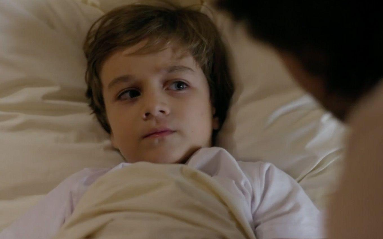 Samuca deitado na cama com expressão de assustado para Alberto