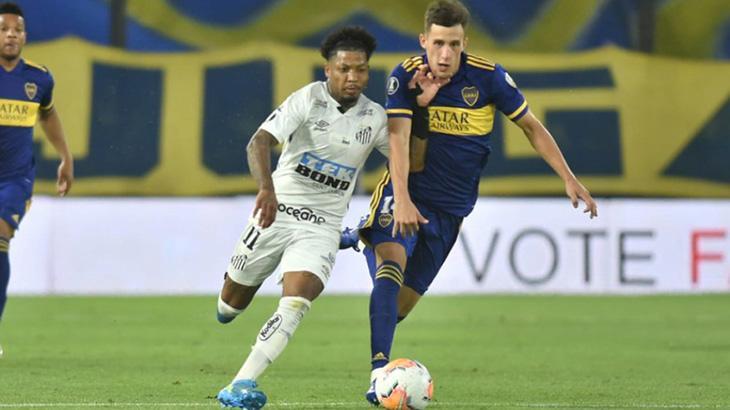 Marinho e jogador do Boca Juniors disputando bola