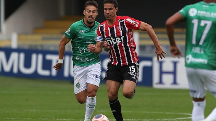 Hernanes disputa bola com jogador do Guarani