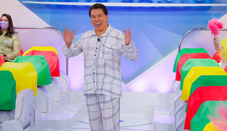 Silvio Santos comanda seu programa no SBT de pijama