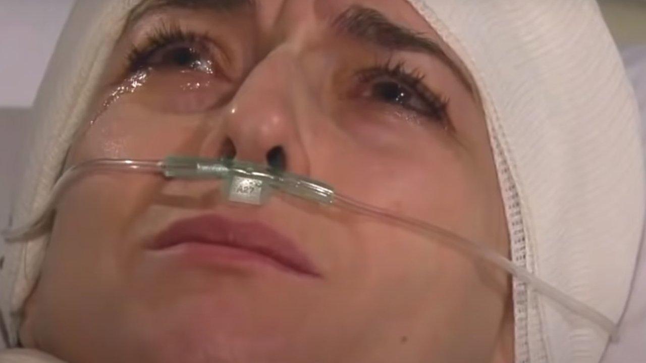 Beatriz no hospital, chorando