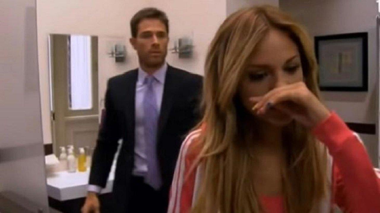 Cena de Amores Verdadeiros com Nikki chorando e Francisco atrás