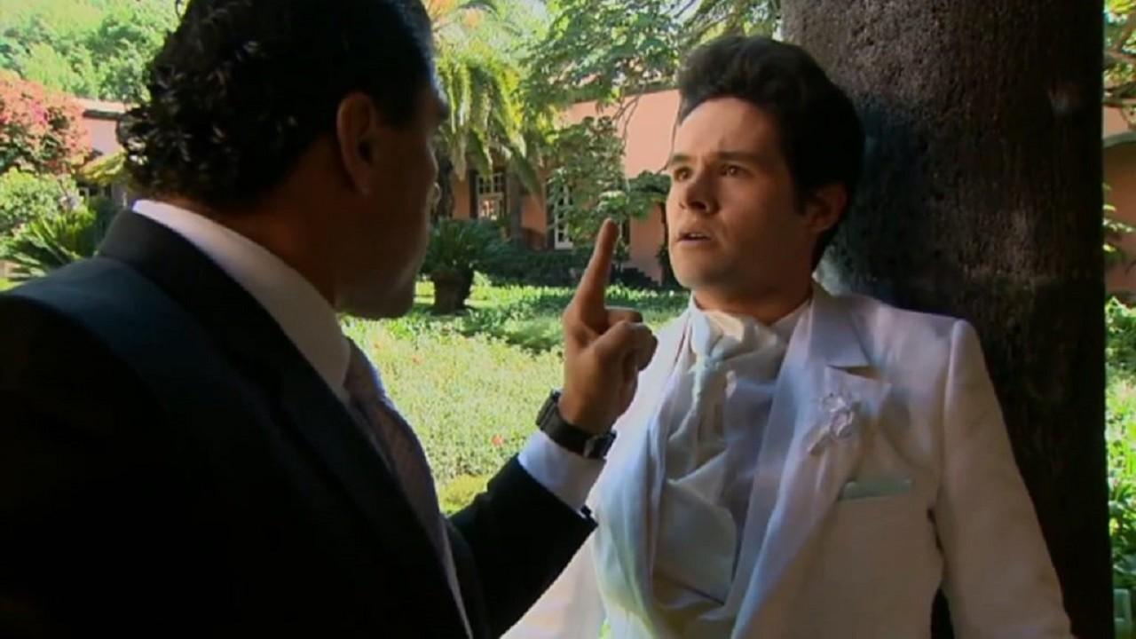 Cena de Amores Verdadeiros com Roy com medo e Jose Angelo apontando o dedo para ele