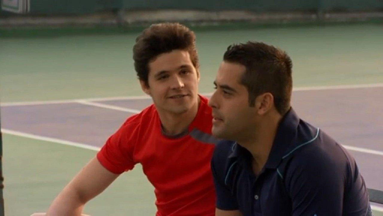 Cena de Amores Verdadeiros com Roy numa quadra de tênis, com um amigo