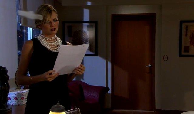 Amores Verdadeiros: Kendra incorpora viúva e faz cena em velório de Nelson