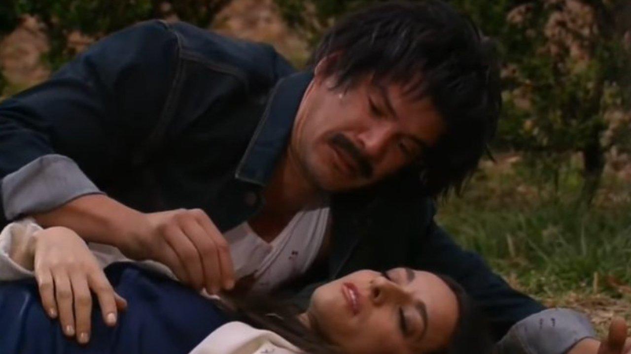 Leonardo morto e Beatriz inconsciente caídos no chão