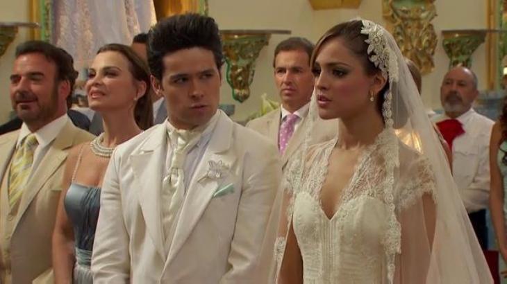 Cena de Amores Verdadeiros com Roy e Nikki no altar do casamento, com ela vestida de noiva