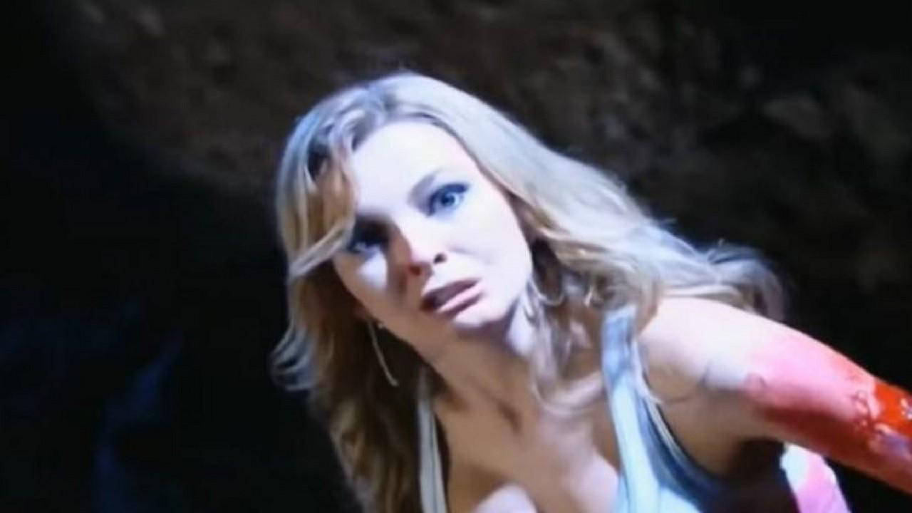 Cena de Amores Verdadeiros com Kendra olhando para o alto e com o braço ferido