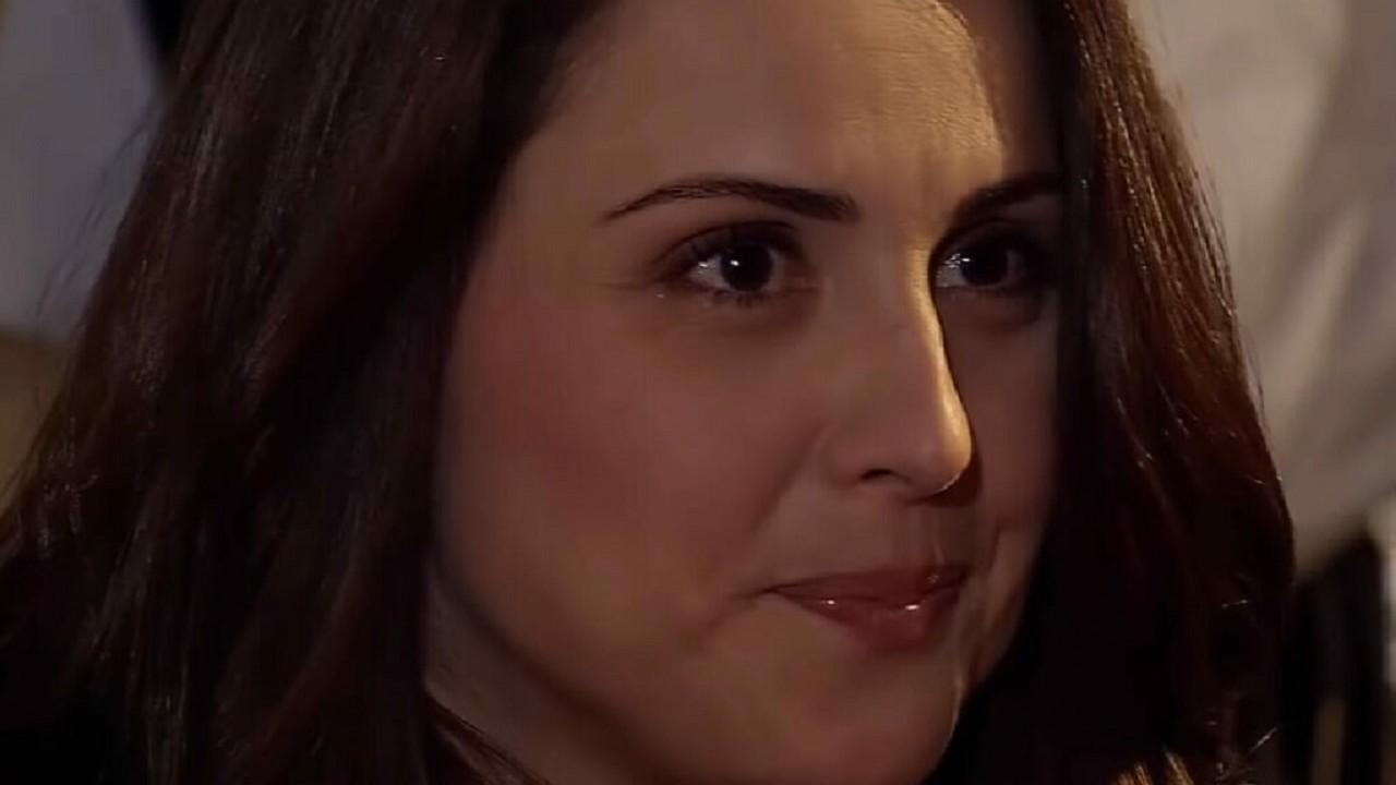 Cena de Amores Verdadeiros com Adriana sorrindo