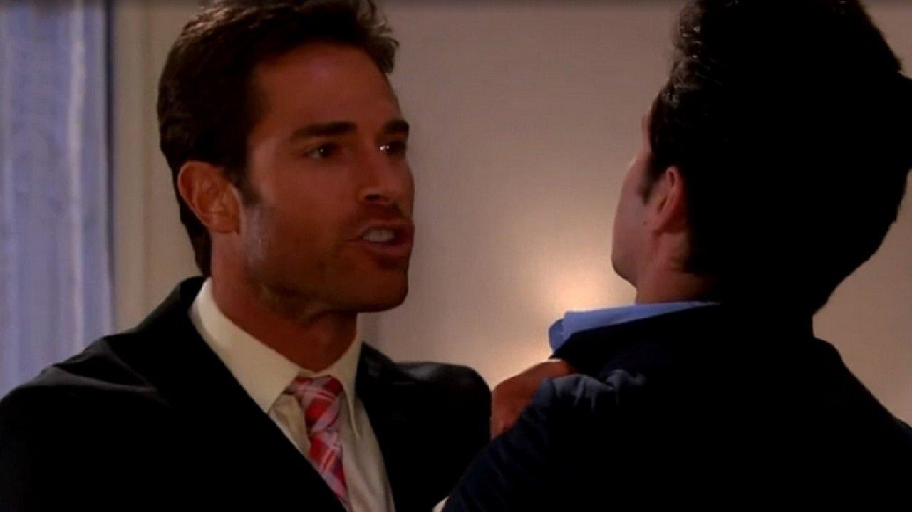 Cena de Amores Verdadeiros com Francisco pegando Roy pelo colarinho