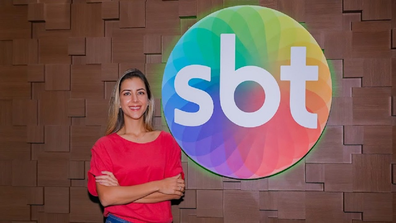 Domitila Becker ao lado do símbolo do SBT