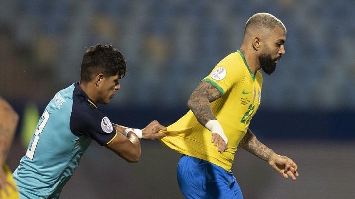 Gabigol, em partida da Copa América, puxado por um jogador do Equador