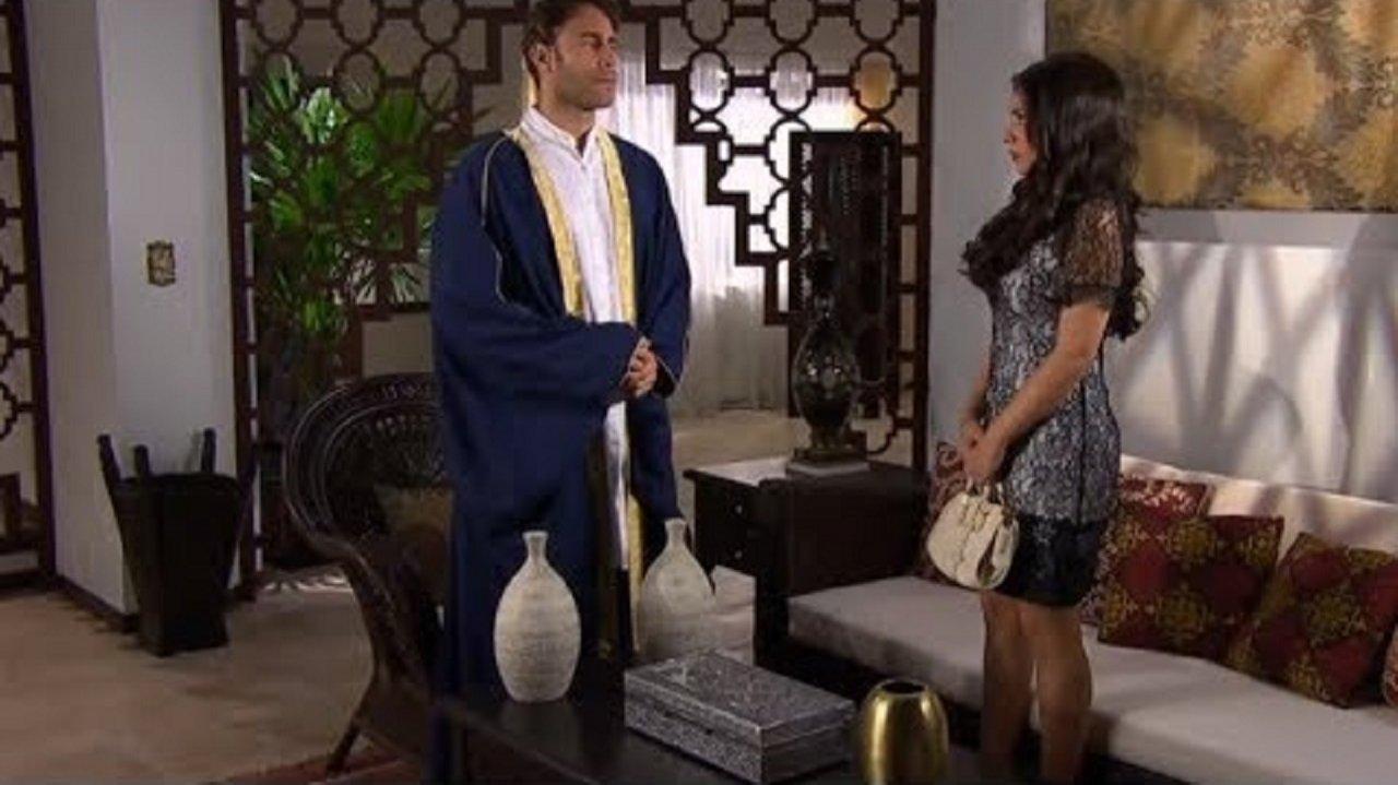 Cena de coração Indomável com Karim e Maricruz conversando