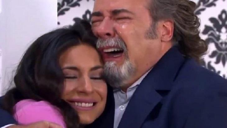 Cena de Coração Indomável com Maricruz abraçada com Alessandro